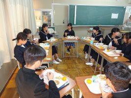 中学生と給食
